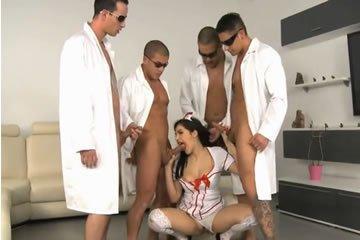 A nővérke egyszerre négy faszt ápol le