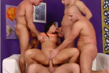 Gruppenszex a lila szalonban